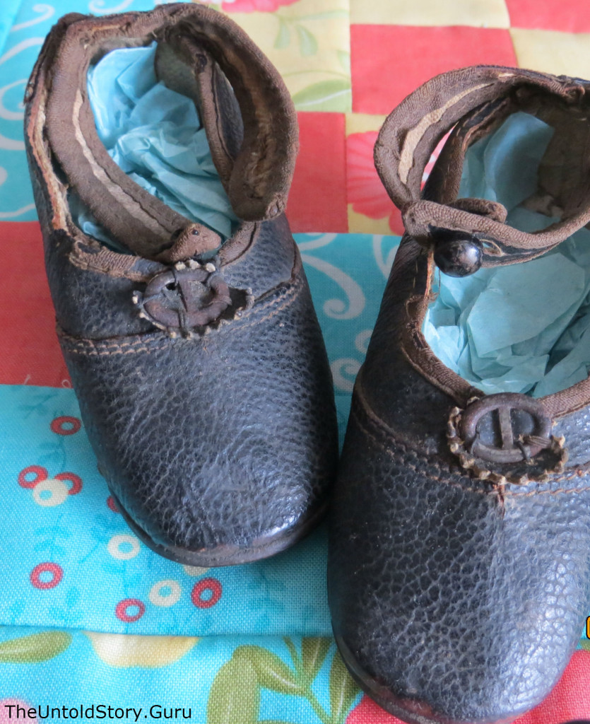 The leather baby shoes
